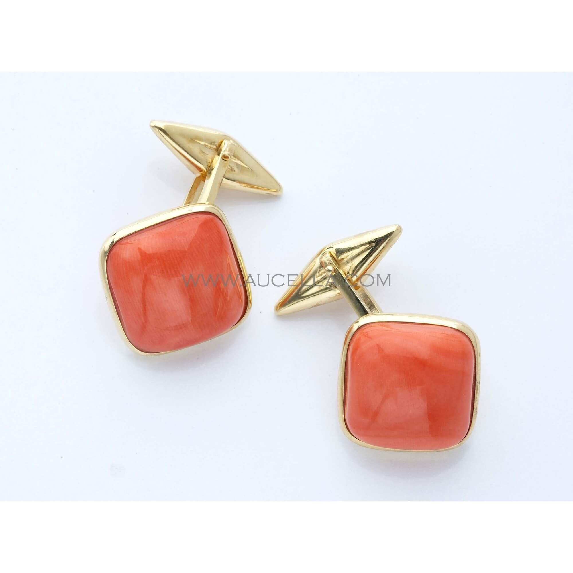 Cufflinks set in gold with momo coral